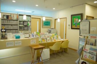 カウンターには、院長おすすめのこころの病気に関する書籍が販売されています。<br /> 来院時にはこちらで受付をお済ませください。