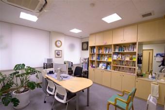 明るくゆったりした、診察室。