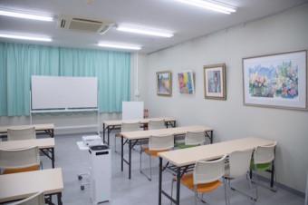 多目的室を飾る絵画