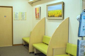 椅子は、腰や膝が悪い方や杖の方でも、楽にご利用頂けるよう高さを調節しております。待合室は、モーツアルトが流れています。