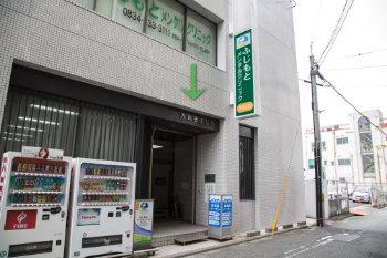 ビル入口にある看板を目印にお入り下さい。<br>入り口入って右にエレベータがございます。